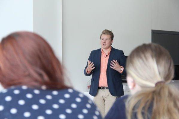 KURS I DEBATTEKNIKK: Mathias Lauritzen holdt foredrag om hvordan man debatterer på best mulig måte. Kurset inneholdt også at studentene fikk ta talerstolen.